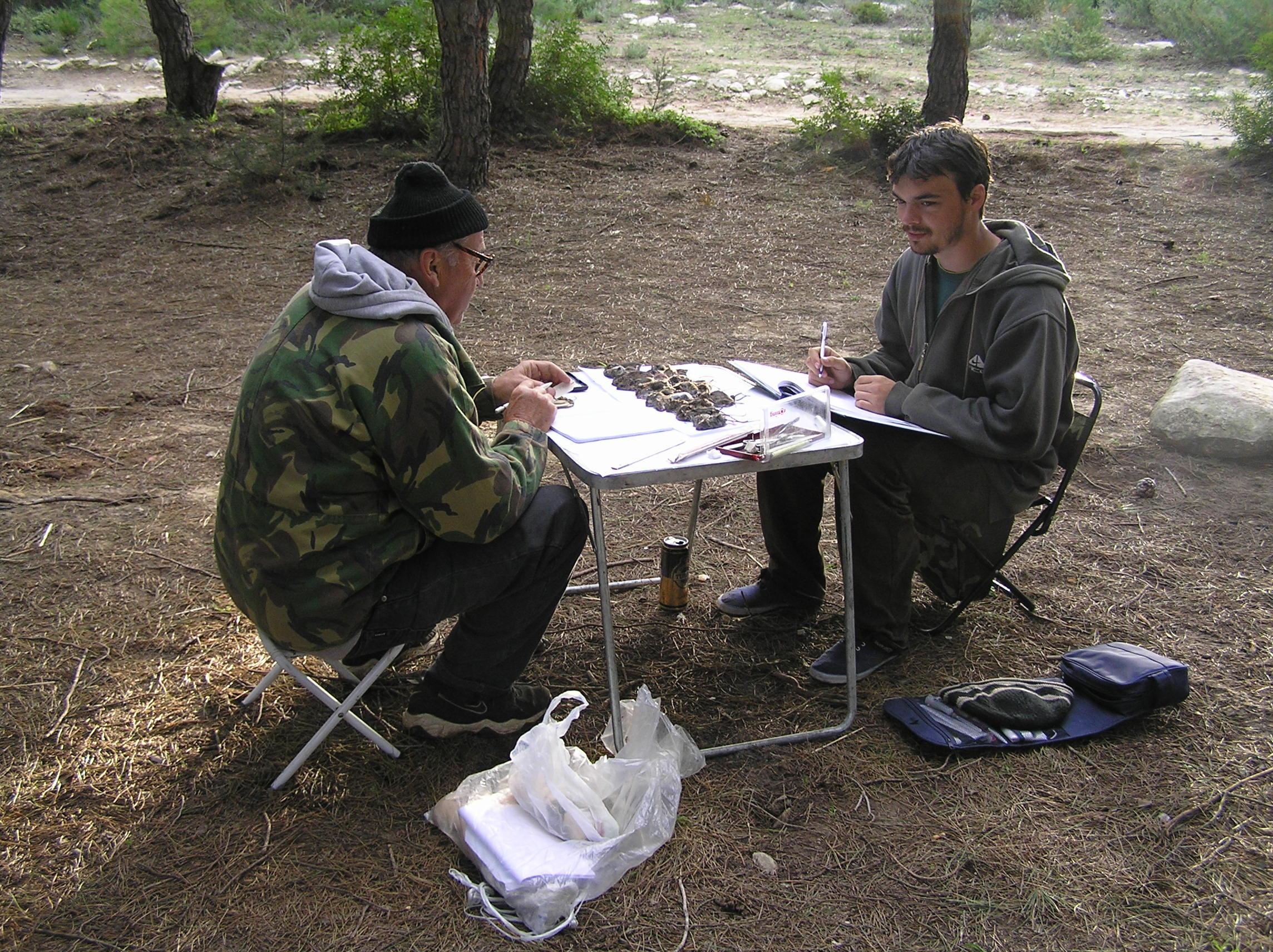 La masa de lucru din teren: dr. Dumitru Murariu (stânga) și dr. Gabriel Chișamera (dreapta)