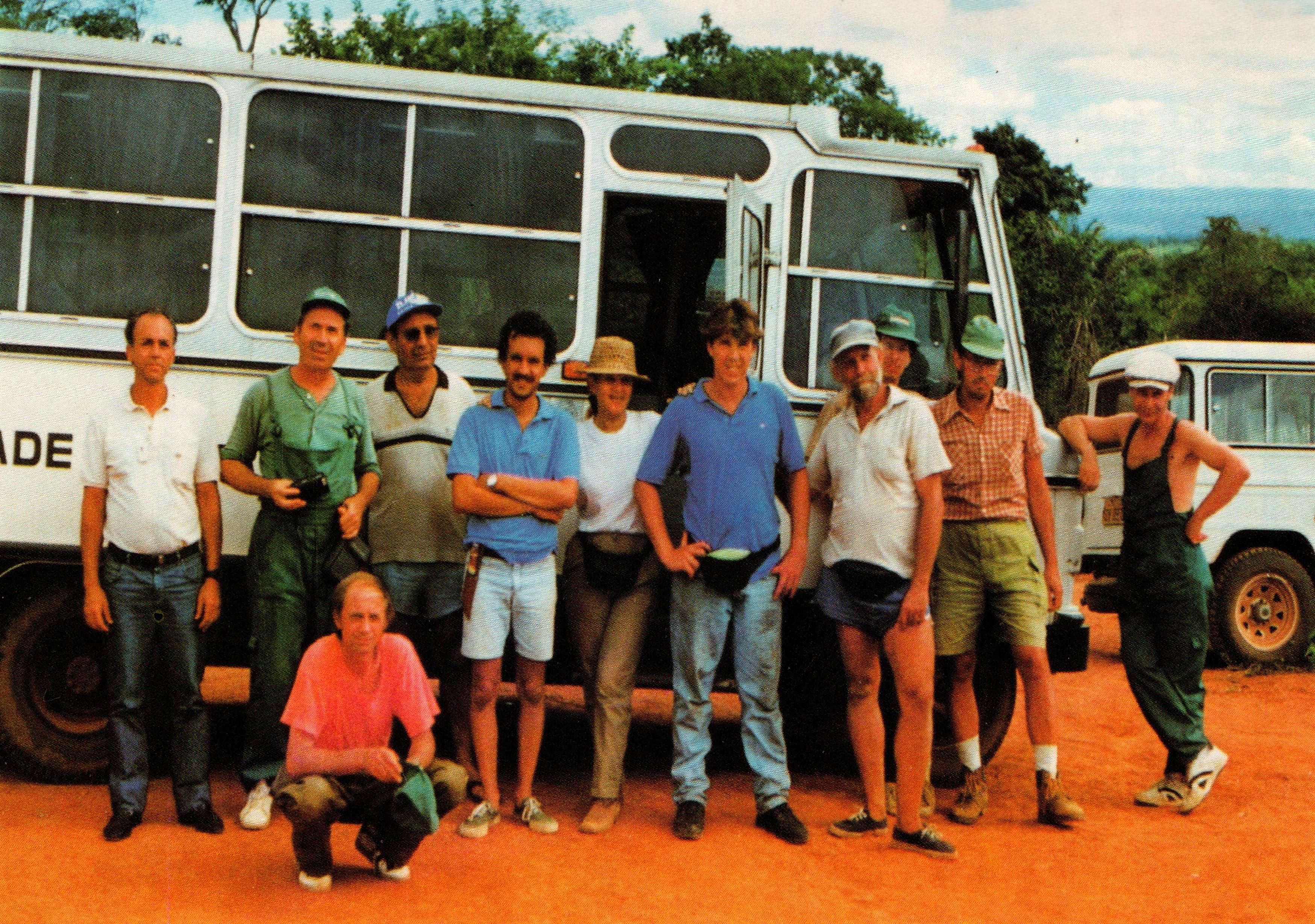 O parte din expediționarii români și brazilieni, în Chapada Diamantina. De la stânga la dreapta: Atelino (șoferul expediției), Dumitru Murariu, Vanildo (tehnician), Diniz Freitas, Elba Toth, Philip Scott, Luis Krug (ghid local), Doru Ruști, Nicolae Găldean, Marcel Ionescu și Năstase Răduleț (jos) (fotografie realizată de membrii echipei)